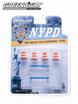 GreenLight - Accessoires  - gl13068 : NYPD Muscle Road Work Accessoires. 4x NYC Dot Traffic Barrels and 2x *Police Line Do Not Cross* Barriers.