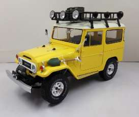 Triple9 Collection - Toyota  - T9-1800151 : 1967 Toyota Land Cruiser FJ40. Diecast model with opening front doors, green with white roof