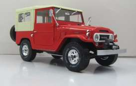 Toyota  - 1967 red/beige - 1:18 - Triple9 Collection - T9-1800153 | Tom's Modelauto's