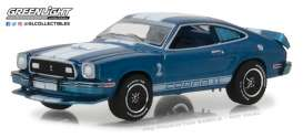 Ford  - 1976 blue with white stripes  - 1:64 - GreenLight - gl13210E | Tom's Modelauto's