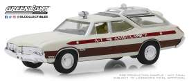 Oldsmobile  - Vista Cruiser 1970 white/red - 1:64 - GreenLight - 30066 - gl30066 | Tom's Modelauto's
