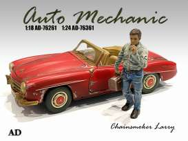 Figures  - Chainsmoker Larry 2020  - 1:24 - American Diorama - 76361 - AD76361 | Toms Modelautos